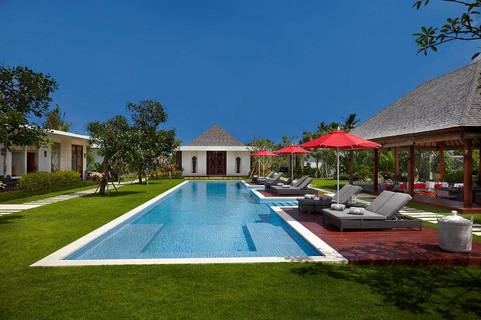 Villa 3506 - Massive decked 25m pool at the center