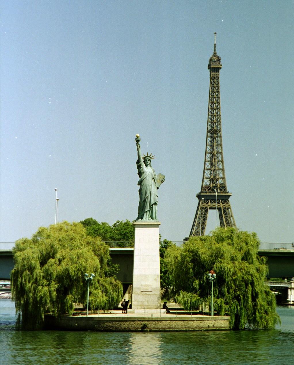 640px-Paris-ile-des-cygnes-statue-de-la-liberte-tour-eiffel-seine