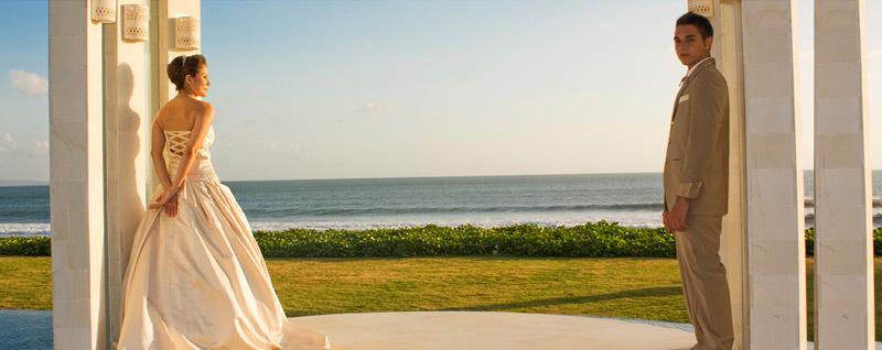 Seminyak Villa 3373 Couple enjoyng the beachfront setting