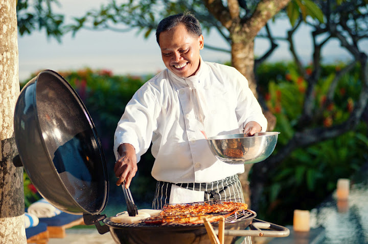 Jimbaran Villa 376 Chef serving at Garden BBQ