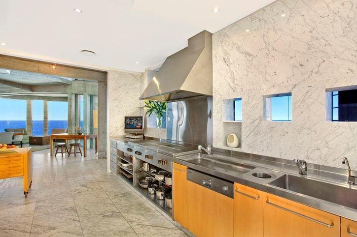 Sydney Villa 5145 - Banquet-ready kitchen