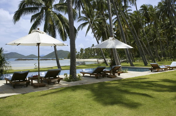 Koh Samui Villa 413 - well-manicured lawn and the private beach space
