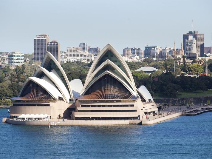 Sydney Villa 5142  Views of iconic Opera House