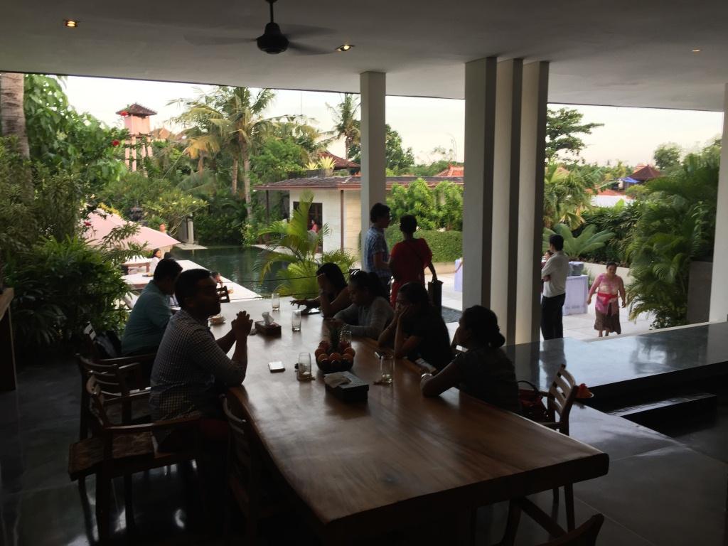 Kerobokan villa 310 - A long, gorgeous wooden table enjoys a lifted view of the pool