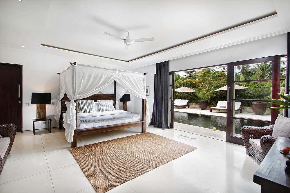 Kerobokan villa 310 - bedroom borders the pool