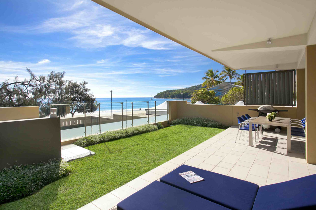 Queensland Villa 5302 - front terrace, complete with outdoor dining and sun loungers (2)