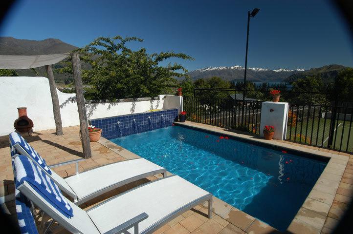 Wanaka Villa 631 - sparkling swimming pool