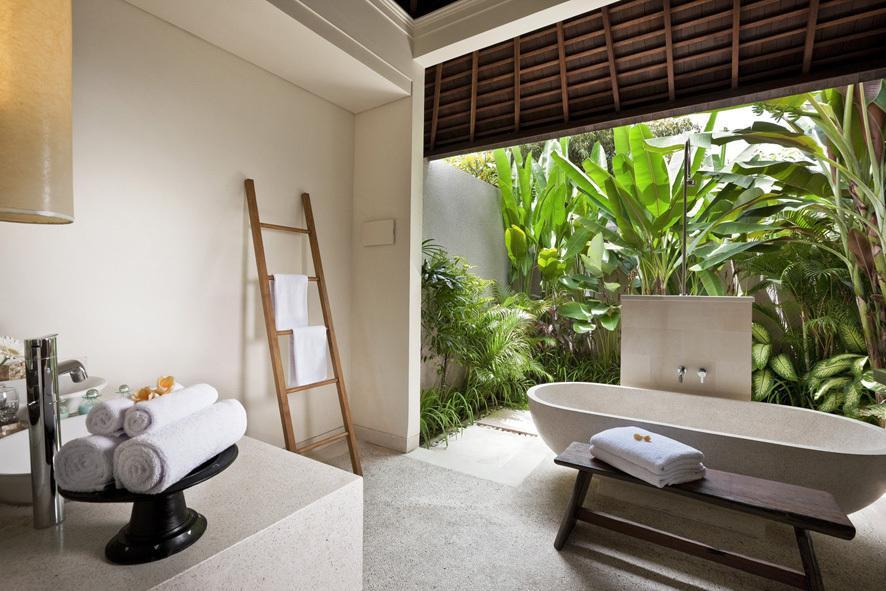 Beautiful outdoor en-suite bathrooms at Bali Villa 3313